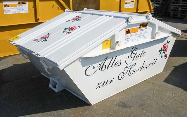 auto-klug-entsorgt-containerdienst-klein